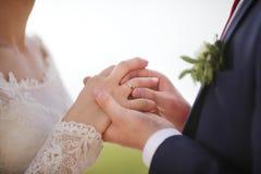 Setzen auf einen Hochzeitsring Lizenzfreies Stockfoto
