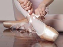 Setzen auf pointe Ballettschuhe Lizenzfreies Stockfoto
