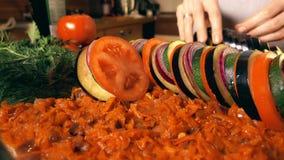 Setzen des geschnittenen Gemüses in eine Glaswanne Amateurkochen der Ratatouille zu Hause Konzepte der gesunden Ernährung und der stock footage