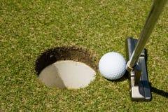Setzen des Golfballs Stockbilder