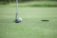 Setzen des Golfballs stockfotos