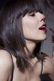 Setzen des Makes-up auf herrliche Frauen lizenzfreie stockfotos
