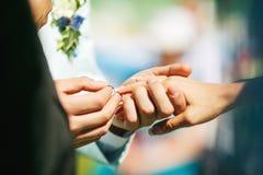 Setzen des Ringes auf ihren Finger Stockfotos