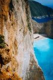 Setzen enorme Felsen und Navagio Klippe der Kalksteinkreide mit aufgegebenem Schiffswrack im Abstand auf den Strand Azurblau farb stockfoto