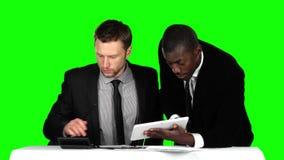 Setzen sich erfolgreicher Geschäftsmann zwei am Verhandlungstisch im Büro und am Arbeiten an seinem Laptop hin Grüner Bildschirm stock video