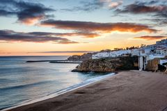 Setzen Sie in Albufeira, Portugal, die Algarve bei Sonnenuntergang auf den Strand Atlantische Co lizenzfreies stockbild