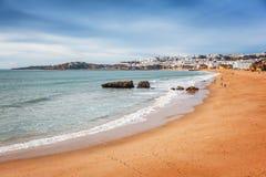 Setzen Sie Albufeira, Portugal, die schöne Küste des atlantischen O auf den Strand stockbilder
