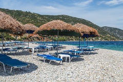 Setzen Sie in Alonissos-Insel, Griechenland, Europa auf den Strand stockfotos