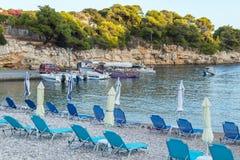 Setzen Sie in Alonissos-Insel, Griechenland, Europa auf den Strand lizenzfreie stockbilder