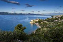 Setzen Sie am altem dominikanischem Kloster und an Zlatni-Ratte im Hintergrund, Bol, Insel von Brac, Kroatien auf den Strand Lizenzfreie Stockfotografie