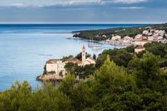 Setzen Sie am altem dominikanischem Kloster und an Zlatni-Ratte im Hintergrund, Bol, Insel von Brac, Kroatien auf den Strand Stockfoto