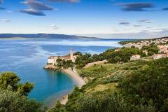 Setzen Sie am alten dominikanischen Kloster, Bol, Insel von Brac, Kroatien auf den Strand Stockfotos