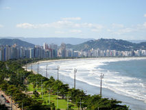 Setzen Sie Ansicht des ciity von Santos in Brasilien auf den Strand Stockbilder