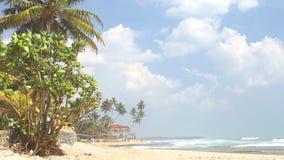 Setzen Sie Ansicht in Hikkaduwa mit den Wellen auf den Strand, die den Strand und die Wolken vorbei überschreiten spritzen stock footage