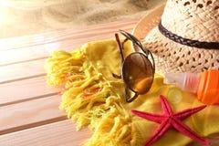 Setzen Sie Artikel auf einer erhöhten Ansicht der Tabelle hölzerne Latten auf den Strand Lizenzfreies Stockfoto