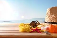 Setzen Sie Artikel auf hölzernen Latten einer Tabelle und Seehintergrund auf den Strand stockfotos