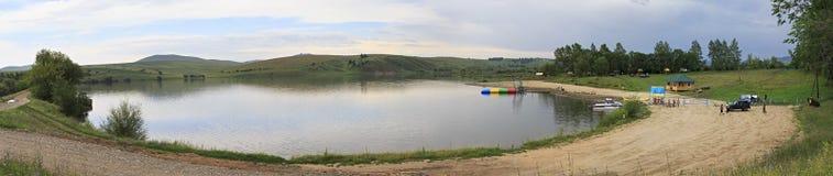 Setzen Sie auf dem See Sorokino im Dorf Altaiskoe auf den Strand Stockfotografie