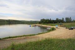 Setzen Sie auf dem See Sorokino im Dorf Altaiskoe auf den Strand Lizenzfreies Stockfoto