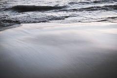 Setzen Sie auf den Strand und bewegen Sie Bewegungsunschärfe wellenartig und versanden Sie Schwarzweiss-Effekt filte Lizenzfreies Stockbild