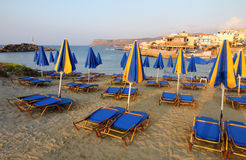 Setzen Sie auf der Insel von Kreta, während des Sonnenuntergangs auf den Strand Stockfoto
