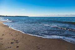Setzen Sie auf der Ostseeküste in Warnemuende, Deutschland auf den Strand Stockfotografie