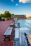 Setzen Sie auf der Ufergegend in Boston, Massachusetts auf die Bank Lizenzfreies Stockbild
