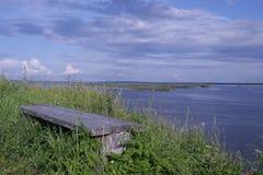 Setzen Sie auf die Bank, um sich auf einen Hügel zu entspannen Stockfotos