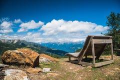 Setzen Sie auf die Bank, um sich mit einer Ansicht zu entspannen Stockfoto
