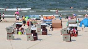 Setzen Sie auf Ostsee in Swinoujscie, Polen auf den Strand stock footage