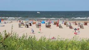 Setzen Sie auf Ostsee in Swinoujscie, Polen auf den Strand stock video