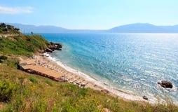 Setzen Sie auf Sommermeer-Vlore-Küste, Albanien auf den Strand lizenzfreie stockfotografie