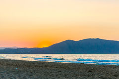 Setzen Sie auf Sonnenuntergang im Dorf Kavros in Kreta-Insel, Griechenland auf den Strand Magisches Türkiswasser, Lagunen Stockfotos