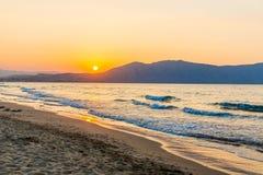 Setzen Sie auf Sonnenuntergang im Dorf Kavros in Kreta-Insel, Griechenland auf den Strand Magisches Türkiswasser, Lagunen Lizenzfreie Stockfotografie