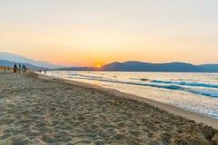 Setzen Sie auf Sonnenuntergang im Dorf Kavros in Kreta-Insel, Griechenland auf den Strand Magisches Türkiswasser, Lagunen Stockbild