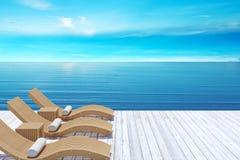 Setzen Sie Aufenthaltsraum, sundeck über blauem Meer und Himmel, Sommerferien-Ferienkonzept auf den Strand vektor abbildung