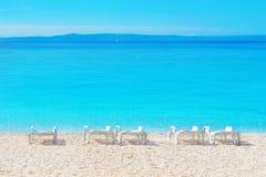 Setzen Sie Aufenthaltsraum und schönen Meerblick von adriatischem Meer auf den Strand stockbilder