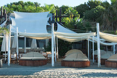 Setzen Sie Bar mit Betten auf den Strand, um den Sommer zu genießen Lizenzfreie Stockbilder