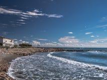 Setzen Sie bei Saintes Maries de la Mer, Frankreich auf den Strand stockbild