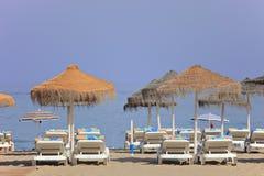Setzen Sie Betten Strand am Los-Boliches, Fuengirola auf den Strand Stockfoto