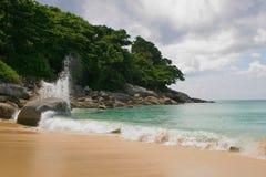 Setzen Sie, blauer Himmel und Ozean auf den Strand Lizenzfreie Stockbilder