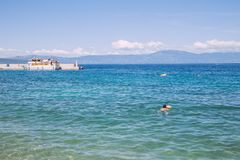 Setzen Sie, blaues watter, Kroatien, Meer und Völker auf den Strand Reisefoto Stockfotografie