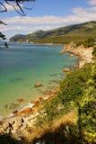Setzen Sie Bucht in Portinho DA Arrabida, Portugal auf den Strand Lizenzfreie Stockbilder