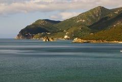 Setzen Sie Bucht in Portinho DA Arrabida, Portugal auf den Strand Stockfoto