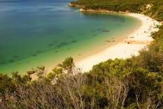Setzen Sie Bucht in Portinho DA Arrabida, Portugal auf den Strand Stockfotografie