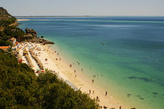 Setzen Sie Bucht in Portinho DA Arrabida, Portugal auf den Strand Lizenzfreies Stockbild
