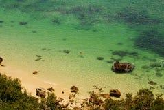 Setzen Sie Bucht in Portinho DA Arrabida, Portugal auf den Strand Lizenzfreie Stockfotografie