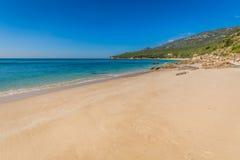 Setzen Sie Bucht in Portinho DA Arrabida, Portugal auf den Strand Stockbild
