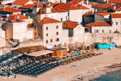 Setzen Sie in Budva, nahe der alten Stadt auf den Strand Lizenzfreie Stockfotografie