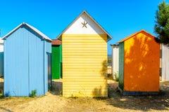 Setzen Sie cabines auf ile d oleron, Frankreich auf den Strand lizenzfreie stockfotografie