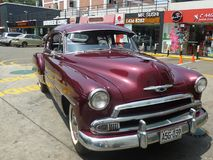Setzen Sie Coupé 1951 Chevrolets De Luxe in Lima aus Lizenzfreie Stockfotografie